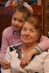 Людмила Григорьевна Петухова вместе с внучкой Надей