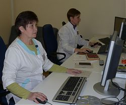 Лариса Супрун (слева) внедрила новую методику исследования ОФЭК/КТ паращитовидных желёз для выявления аденом; Ольга Гамова проводит перфузионную сцинтиграфию миокарда для определения кровоснабжения сердечной мышцы.