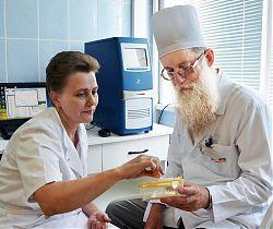 Перед началом исследования генов — заведующий отделением дозиметрических и цитогенетических исследований Н. Б. Ривкинд и врач лаборант-генетик Т. В. Швецова.