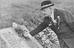 1984 год — Елисей Шипулин возлагает цветы на собственную могилу.