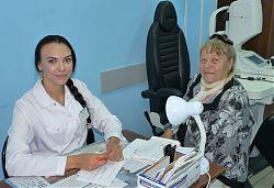 Врач-офтальмолог Ольга Сергеевна Балакина работает в филиале три года — это первое место её работы. Пришла сюда после Смоленской государственной медицинской академии. Пенсионерка Евгения Матвеевна Володина — на очередном приёме по поводу глаукомы. Раз в м