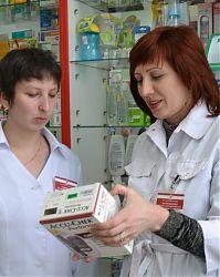 Заведующая аптекой № 26 Аксана Матреничева (справа) и заведующая отделом, провизор Алла Новицкая