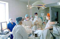 Мастер-класс. Идет операция. Слева — профессор Петр Владимирович Царьков.